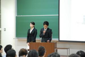 本学学生によるスライド上映の様子。右が土谷君、左が吉開さん。