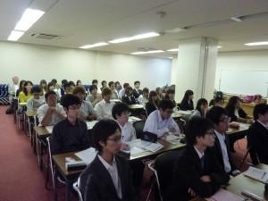 写真3.講演を熱心に聞く学生たちと教員
