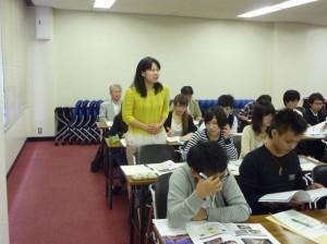 写真6.落ち着いた質問態度の坂本さん(宮永ゼミ)