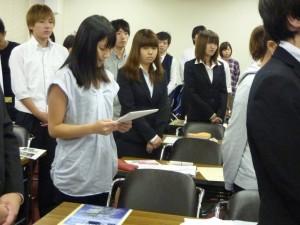 写真8.ゼミ学生全員を代表して御礼挨拶を行っている岩下さん(出山ゼミ)
