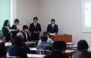 (研究発表、及び、参加者からの質問に答える学生)3