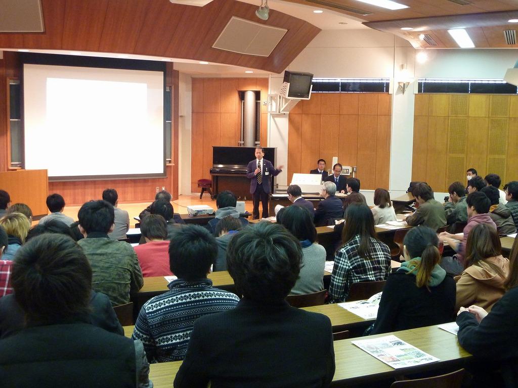 写真1.研究視察の冒頭,後藤俊一校長による宮崎県を巡る農業の現状に関する講義です。