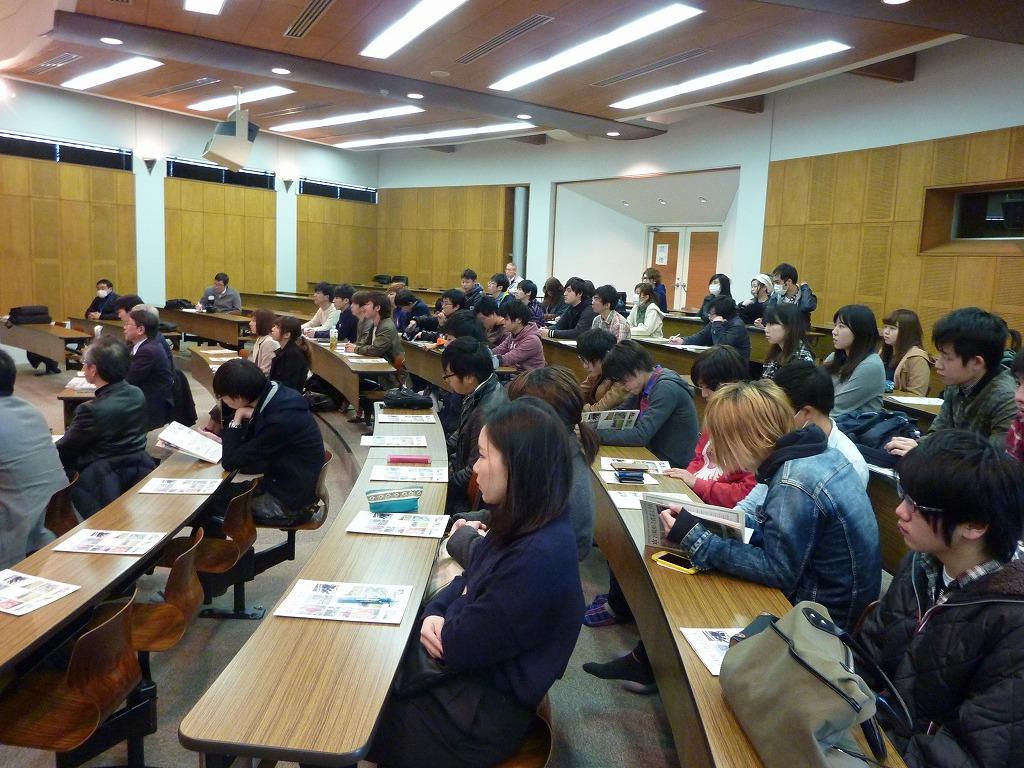 写真2.後藤俊一校長の講義を聞く学生たちの様子です。