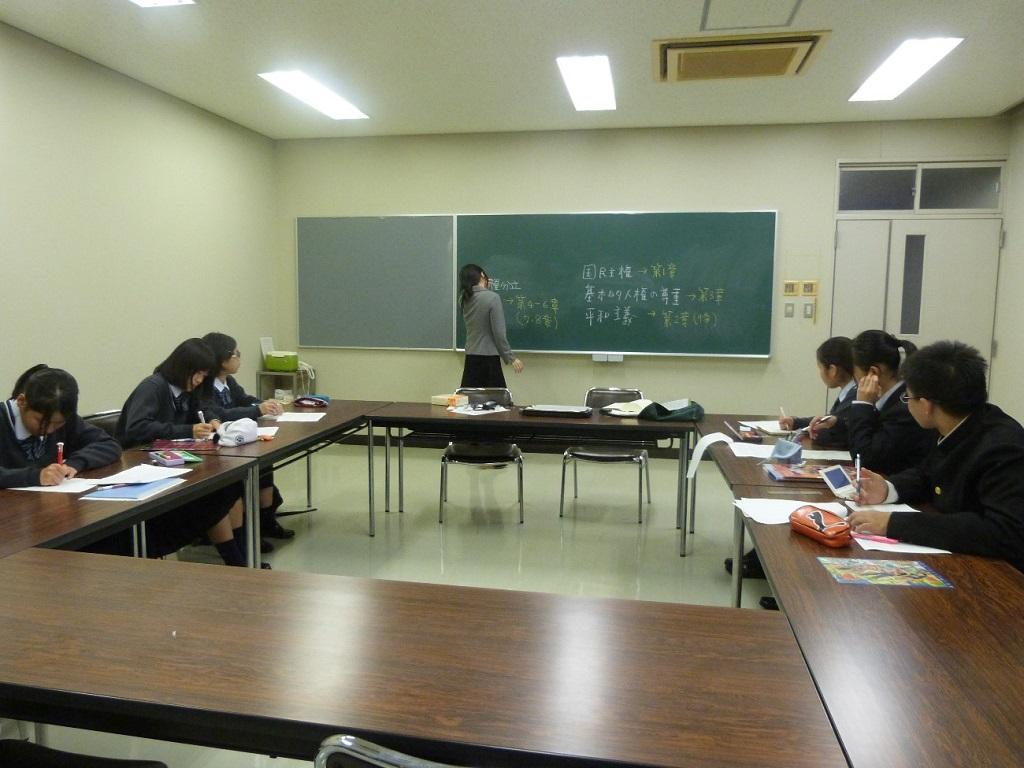 写真1. 第1回の「法学ゼミナール」の様子です。実際に六法を見ながら日本国憲法の基本原理などについて確認していきました。