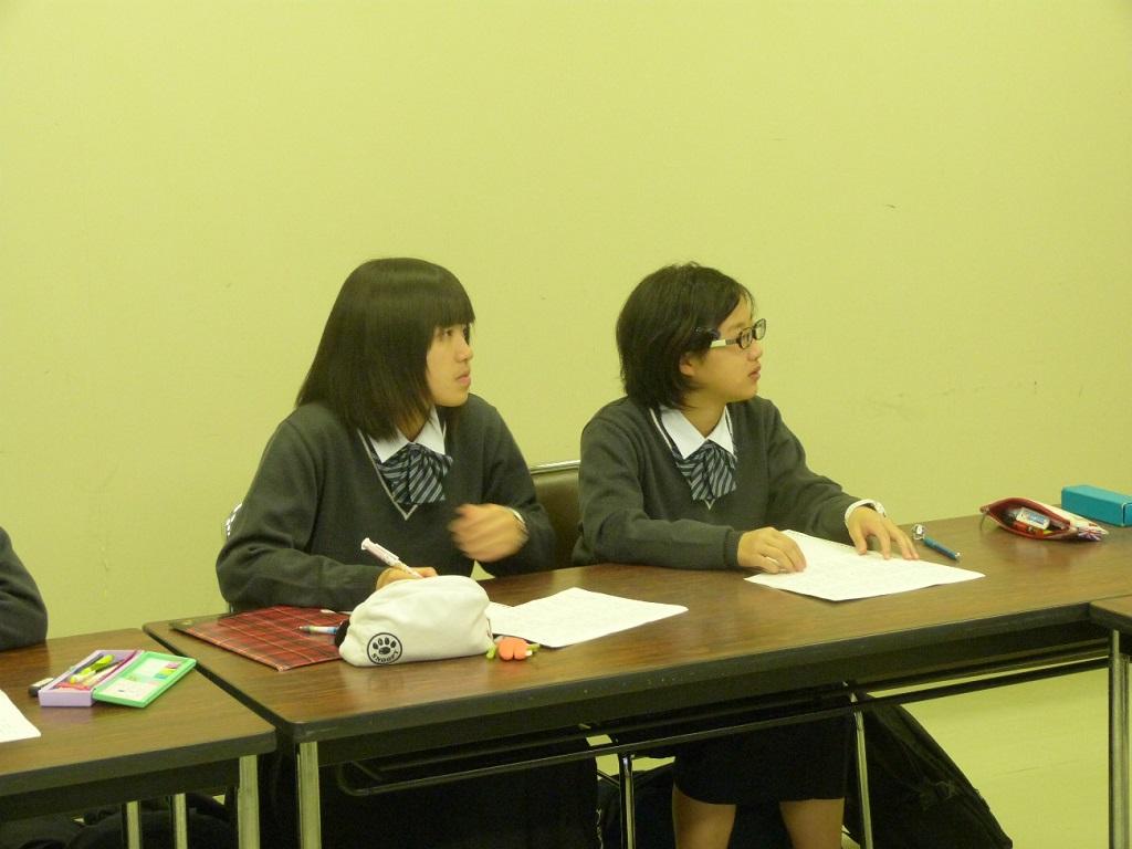 写真3. 生徒たちの様子です。質疑応答を交えながら講義を進めました。