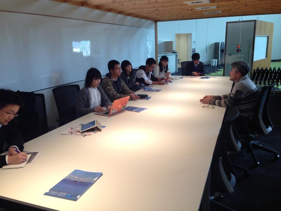 写真3. 2階のセンターにて、谷内様から市庁舎の活用に関する説明を受けました。