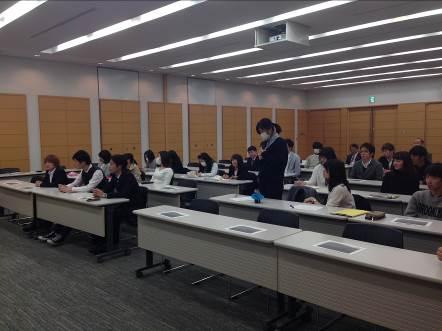 写真4. 質疑時間に積極的に質問をする岡原良奈さん(経営学部3年生)です。