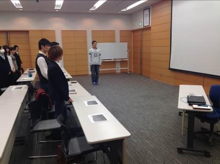 写真5. 最後にゼミ学生全員を代表して、大坪冬輝くん(経営学部3年生)が今回の研究視察のお受け入れと講演に関する御礼を述べました。大変立派な御礼の挨拶でした。